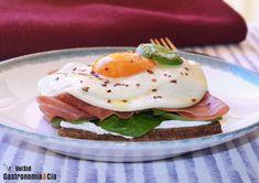 Una buena forma de disfrutar de un desayuno sabroso con sus huevos, su jamón, su pan, su salsa... es elaborando esta receta de pan de centeno con huevo, jamón y espinacas, es una propuesta saludable para toda la familia, pues elegimos un buen pan integral, cocinamos los huevos a la plancha, incorporamos vegetales frescos, un buen jamón serrano, una salsa saludable... Toma nota de esta receta y empieza la mañana con sabor y salud.