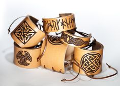 Läderarmband med utbrända vikingamönster. Läderbearbetning f6ba366882750