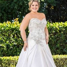 Plus size bridal gowns with beaded bodice | #plussizebridal #plussize #weddingdresses #weddinggowns #bridalgowns | www.dariuscordell.com/featured/plus-size-wedding-dresses-bridal-gowns/