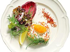 till serveringen rött salladsblad, dill, citron