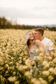 the cutest mustard field couples photoshoot ever - denisemariephotos.com Engagement Photo Poses, Engagement Photo Inspiration, Engagement Pictures, Engagement Shoots, Engagement Photography, Country Engagement, Fall Engagement, Couple Photoshoot Poses, Couple Photography Poses