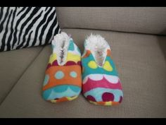 DIY Sleepers EASY!! como hacer pantuflas FACIL - YouTube Sewing Tutorials, Sewing Projects, Diy Projects, Sewing Slippers, Baby Shoes Tutorial, Sock Shoes, Diy Clothes, Mittens, Knitting