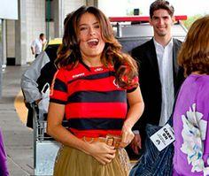 Não ligo a mínima para futebol, mas achei o máximo Salma Hayekchegar ao Brasil vestindo a camiseta do Flamengo. Personalizada e tudo mais. Ficou linda, não? As listras do Flamengo estão mini brigan…