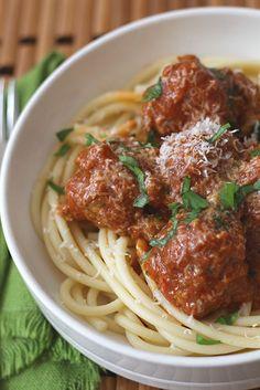 Las albóndigas o meatballs, son muy populares en todo el mundo, una de las recetas más tradicionales de la exquisita cocina italiana. Son simplemente bolas hechas con carne molida, a la cual se le han adicionado pan rallado, huevo, cebolla o ajo y especias o hierbas de olor y condimentos para dar sabor. Las originales son de carne pero existen otras versiones con vegetales, pollo o pescado.