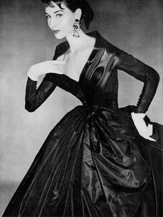 Nancy Berg in black taffeta dress by Givenchy, photo by Clifford Coffin, Vogue, September 1954 Mode Vintage, Vintage Vogue, Vintage Glamour, Vintage Hats, Vintage Style, Fifties Fashion, Retro Fashion, Fifties Style, Fashion Fashion