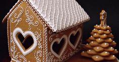A gyerekeknek készült ez a házikó, nevezni szeretnének vele egy mézeskalács házikó versenyen. Régóta csodálom már Moha gyönyö... Gingerbread House Designs, Gingerbread Decorations, Christmas Gingerbread House, Gingerbread Cake, Christmas Treats, Gingerbread Houses, Ginger House, Cookie House, Christmas Cooking