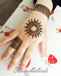 As Rakshabandhan 2019 is Coming, and colleges have started, Here's an article on Henna Mehndi Designs which you can easily pull off to college. Round Mehndi Design, Finger Henna Designs, Simple Arabic Mehndi Designs, Henna Art Designs, Mehndi Designs For Girls, Mehndi Designs For Beginners, Stylish Mehndi Designs, Mehndi Designs For Fingers, Mehndi Design Photos