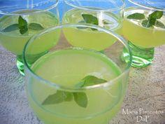 Licor de melón. Receta Cocktail Drinks, Alcoholic Drinks, Kahlua Recipes, Chilean Recipes, Homemade Liquor, Slushies, Fermented Foods, Cookies And Cream, Refreshing Drinks