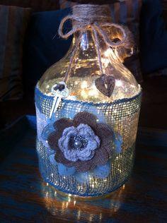 Lamp: Burlap/Lace Wrapped Glass Bottle with Flowers & Keys Lighted Wine Bottles, Bottle Lights, Bottles And Jars, Glass Bottles, Wine Jug Crafts, Mason Jar Crafts, Wine Bottle Gift, Bottle Art, Big Bottle