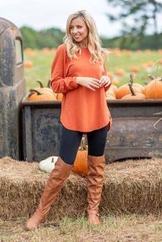 Do not miss out on the tunic of your dreams! This curved hem, comfy tunic is perfect for any day of the week! Shop this versatile tunic at the Mint Julep Boutique! Autumn Outfits Curvy, Comfy Fall Outfits, Outfits Fo, Girls Fall Outfits, Fall Winter Outfits, Black Leggings Outfit, Leggings Style, Tunic Tops With Leggings, Women's Clothes