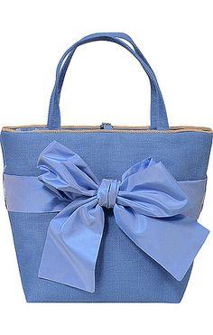 Bezaubernde Trachten-Tasche von Susanne Spatt in Hellblau. Mit floralem Innenfutter in Hellblau, Schleifen-Dekor und Zierverschluss mit Strass. Im Inneren verfügt die Tasche über ein zusätzliches Reißverschlussfach.
