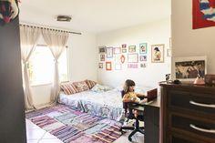 O tapete do quarto foi a solução barata que a Elis encontrou para ter um do tamanho que ela queria. Para isso costurou pequenos tapetes um no outro até chegar no formato que buscava.