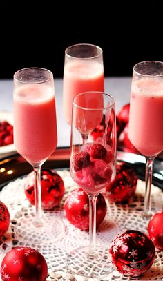 These raspberry mimosa cocktails are a special treat! They are made with a creamy frozen raspberry granita and topped with sparkling wine. Perfect for New Years cocktails or a refreshing summer drink, this mimosa recipe is sure to be your new favorite! Winter Cocktails, New Years Cocktails, Christmas Drinks Alcohol, Holiday Cocktails, Processco Cocktails, Pina Colada, Smothie, Refreshing Summer Drinks, Signature Cocktail