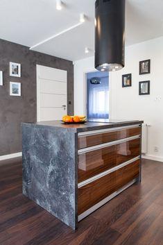 Aluminum pull on high gloss veneer cabinets. Kitchen Cabinet Doors, Kitchen Cabinets, Veneer Door, Vent Hood, Wood Paneling, High Gloss, Trailers, Modern, Design