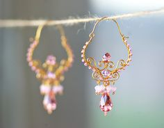 These beautiful earrings are made of gold-plated wire, crystals and glass beads. Wire Wrapped Earrings, Wire Earrings, Etsy Earrings, Metal Jewelry, Beaded Jewelry, Jewellery, Homemade Jewelry, Beads And Wire, Jewelry Patterns