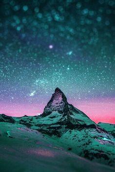 Luces nórdicas en un hermoso cielo estrellado con matices rosas, violetas y azules