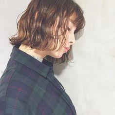 ショートやボブといった短い髪をとびきり素敵に楽しみたいなら、コテやアイロンを上手に使えることがマスト!渋谷の人気ヘアサロン「ALBUM」のトップスタイリストNatsumiさんの作り出す巻き髪がとっても参考になりますよ。