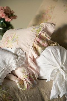❥ Shabby vintage cushion and White crochet lace edge with white linen cushion