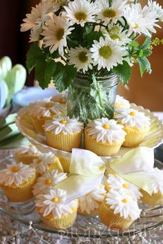 daisy cupcakes @Mallory Walters Maybe request these for your bridal shower? heehee :-)