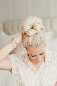 5 Ways To Do a Messy Bun - Twist Me Pretty - - You need these messy bun tutorials in your life! Check out this post for my top 5 messy bun tutorials that will change how you do your hair. Cute Bun Hairstyles, Twist Hairstyles, Summer Hairstyles, Straight Hairstyles, Wedding Hairstyles, Indian Hairstyles, Hairstyles Videos, Simple Hairstyles, Homecoming Hairstyles