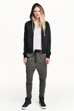 Pantaloni in felpa: Pantaloni in tessuto felpato, con cavallo basso e gamba stretta. Elastico e coulisse in vita. Tasche laterali e una tasca posteriore. Fasce di maglina a fondo gamba.