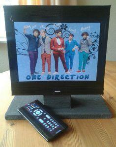 Leuke tv surprise voor een one direction fan ! Heel simpel van een doos met een voet van tempex. De afstandsbediening is een reep chocolade.