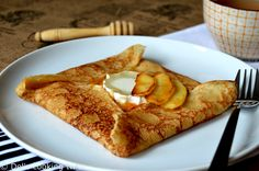 French Crepes with Goat Cheese and Salted Caramel Apples Savoury French Toast, French Crepes, Grand Marnier, Balsamic Onions, Caramel Recipes, Köstliche Desserts, Pancakes And Waffles, Sweet And Salty, Gourmet