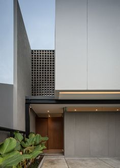 Located in a residential complex that is quite densely populated, CJ-HOUSE by RUANGRONA, is designed with a different, unique, and catchy modern facade than residential buildings in general in Indo. Minimal House Design, Modern Villa Design, Arch House, Facade House, West Facing House, Casa Top, Townhouse Exterior, Modern Tropical House, House Construction Plan
