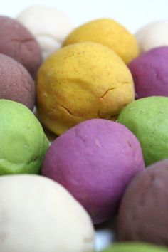 Speelklei: gekleurd zoutdeeg maken   Kiind Magazine: vanmiddag proberen!