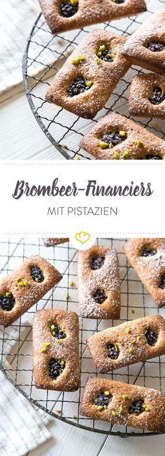 Financiers heißen so, weil ihre Form an Goldbarren erinnern. Wir veredeln die kleinen französischen Küchlein mit Brombeeren und Pistazien.
