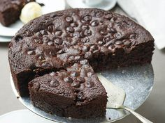 Így készül az étcsokoládés, meggyes mandulatorta. Food And Drink, Cookies, Chocolate, Crack Crackers, Biscuits, Chocolates, Cookie Recipes, Brown, Cookie