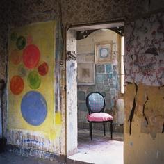 Les oeuvres d'Aurélie Alvarez vues par Joanna Maclennan : photographe. Love the yellow canvas.