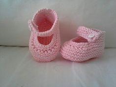 Primeiros sapatinhos de bebé com a preciosa ajuda do blogue www.nionoi.pt.  Se querem aprender a tricotar não dispensem a visita a este blogue português!
