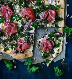 Valkoinen lehtikaali-kinkkupizza |Lehtikaali paistuu mahtavan rapeaksi ranskankermalla päällystetyn pizzan päällä.