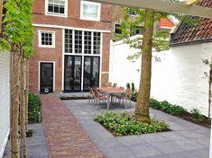 Moderne stadstuin bij monumentaal pand in Hoorn
