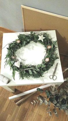 Christmas in progress. Easy Christmas ornaments. My Scandinavian Xmas. DIY. Corona de navidad de inspiración nórdica realizada con ramas naturales.