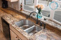 The smooth veining pattern of Golden Shadow S is prominently displayed on the countertops, as well as on the backsplash and window sill.