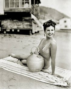 summers-in-hollywood: Paulette Goddard 1943 Good Vibes &. Vintage Hollywood, Hollywood Glamour, Hollywood Stars, Hollywood Actresses, Classic Hollywood, Hollywood Beach, Paulette Goddard, Classic Beauty, Timeless Beauty
