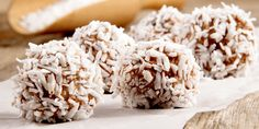 These guilt free raw avocado chocolate balls are perfect for a quick afternoon snack. They taste naughty but they're not! Ingredients 1 cup walnuts 1 tbs honey Pinch salt Flesh of 1 ripe avocado 8 medjool dates 3 tbs cacao 2 tbs coconut o Low Fat Diets, Low Carb Diet, Coconut Whipped Cream, Coconut Flour, Sweet Fat Bombs, Sources Of Dietary Fiber, Peanut Butter Fat Bombs, Bacon Bits, Energy Bites