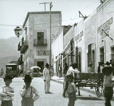 Calle Juarez casi llegando a Padre Mier, centro de Monterrey. en el año 1909. Timeline Photos, Street View, Painting, Image, Whiteboard, Home, Zaragoza, Urban Legends, Holland