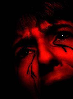 Wanhoop wanhopige rode tranen contrast lijnen onder ogen dicht