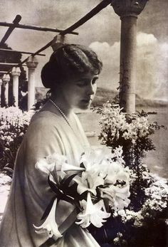 Queen Mary, King Queen, History Of Romania, Maud Of Wales, Romanian Royal Family, Peles Castle, Royal King, Victorian Life, Royal Beauty