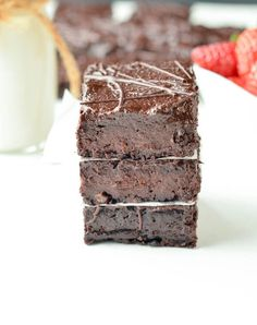 Sugar free brownies with dates. The best fudgy date brownie recipe, 100% vegan, paleo and gluten free with no refined ingredient or added sweetener.