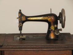 If you've inherited an antique sewing machine, how can you identify the model and the mystery parts left in its drawers? Sewing Machines Best, Treadle Sewing Machines, Antique Sewing Machines, Singer Sewing Machines, Sewing Machine Repair, Sewing Machine Thread, Sewing Needles, Sewing Spaces, Sewing Rooms
