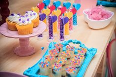 Festa Ginastas | Macetes de Mãe Birthday Candles, Ale, Birthday Parties, Party, Desserts, Food, Gymnastics Party, Candy Table, Decorative Objects