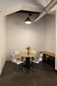Mobiliario diseñado a medida. Suelo de microcemento y paredes de ladrillo en color blanco. Instalaciones de iluminación , electricidad y climatización vistas. Decor, Table, Furniture, Conference Room Table, Home Decor, Room