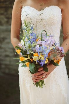 Zomer bruidsboeket met felle kleuren blauw en oranje. Veldboeket. Veldbloemen. Bride Bouquets, Bouqets, White Roses, Wedding Bells, Wedding Day, Wedding Flowers, Peonies, Flower Arrangements, Corsage