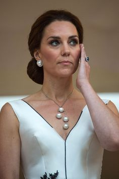 Kate Middleton Pearl Pendant - Kate Middleton matched her earrings with a multi-pearl pendant necklace. Pearl Pendant Necklace, Diy Necklace, Necklace Designs, Pearl Jewelry, Bridal Jewelry, Beaded Jewelry, Jewellery, Necklaces, Bijoux Design