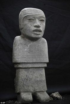 Aquí es una estatua. Esta es en Mexico. Muchas personas mirarlo porque lo es antiguo. Se puede verlo en un museo.