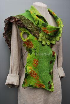 Wunderschöner,  handgefilzter Schal mit einzigartig gestalteter Oberfläche und hinreissenden, hell- und dunkelgrünen und braunen Farbtönen. Der Schal ist weich, federleicht und angenehm zu jeder...